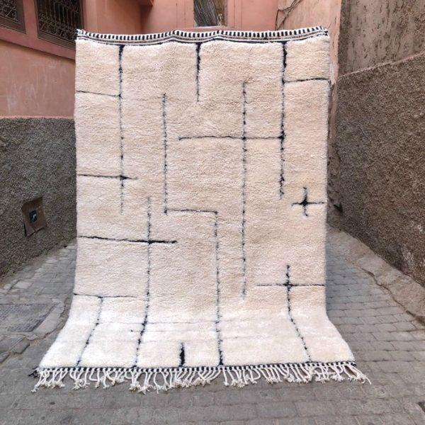 Vakkert og eksklusivt Beni Mrirt teppe. Vevd for hånd i Marokko i tykk og myk ull. One of a kind!