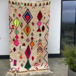Azilal teppe fra Marokko. Vevd for hånd i naturull. Unikt og lekent.