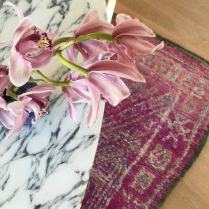Nydelig vintage beni m´guild teppe under spisebord i marmor.