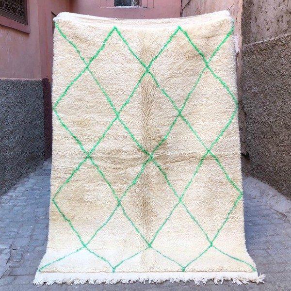 Herlig Beni Ourain teppe i tykk og luksuriøs ull. Glamorøst nomadeteppe vevd for hånd i Marokko.