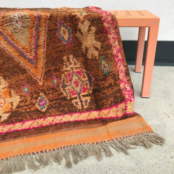 Nydelig vintageteppe vevd for hånd i Marokko. Dette Beni mguild teppet er helt unikt og i god stand.
