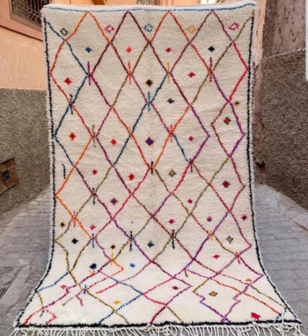 Lekent og tidløst Azilalteppe vevd for hånd i Marokko.