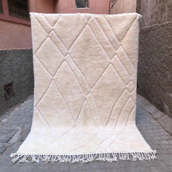 Et usedvanlig vakkert teppe vevd for hånd i Marokko. Hvitt på hvitt i tykk, myk ull. Tidløst og elegant i de fleste interiører.
