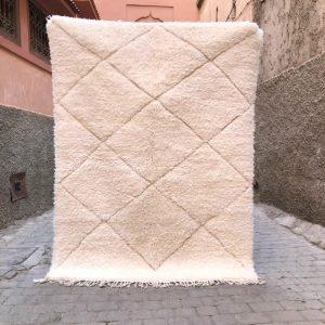 Nydelig Beni Ourainteppe i myk og tykk ull. Vevd for hånd. Hvit på hvit.