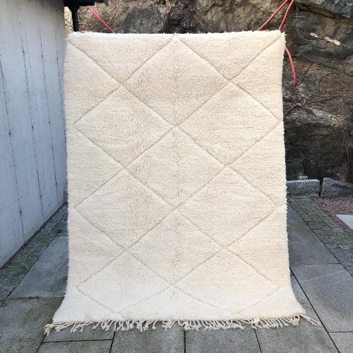Nydelig og klassisk Beni ourain teppe knyttet for hånd i ren ull.