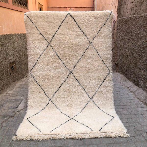 Klassisk Beni Ourainteppe vevd for hånd i Marokko. Tidløst, tykt og mykt. Passer inn e de fleste interiører.