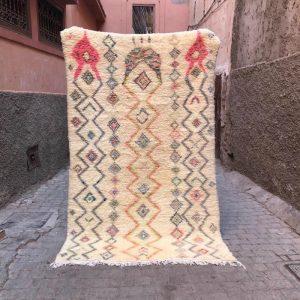 Ourika teppe 222 x 134 cm. Vevd for hånd i ull med bomullsmotiv. Teppet er vasket slik at fargene blekes. Mykt og fluffy.