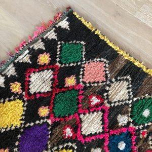 Klassisk Ourikateppe vevd for hånd. Disse marokkanske teppene veves med ull i bunn og bomull i mønster. Morsomt og fargerikt til hjemmet ditt.