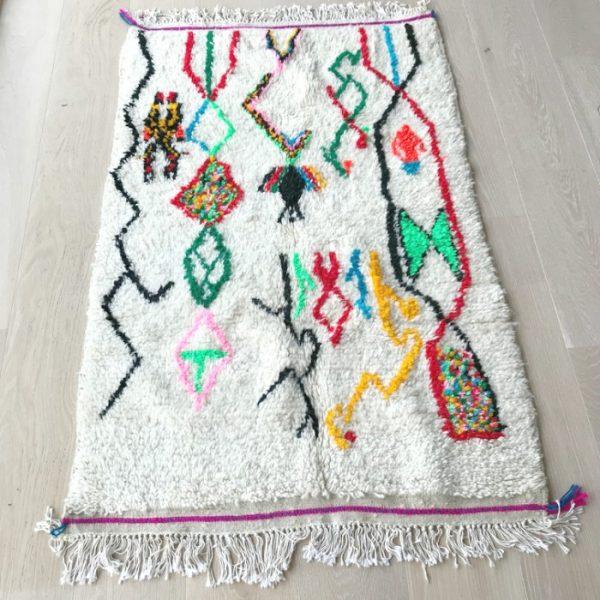 Lekent og kult Azilal teppe vevd for hånd i Marokko. Mål 160 x 92 cm. Gir masse sjel til ei gang, et gjesterom, kontor eller barnerom.