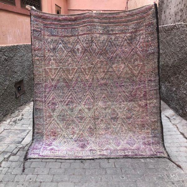 Lyst på et unikt vintageteppe til hjemmet ditt? Masse fine nyheter i nettbutikken. Unike, håndvevde og håndplukket i Marokko.