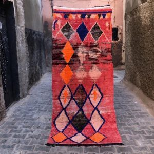 Vintage løper til salgs i nettbutikken. Lett og fin, i nydelige farger. Vevd for hånd i Marokko.