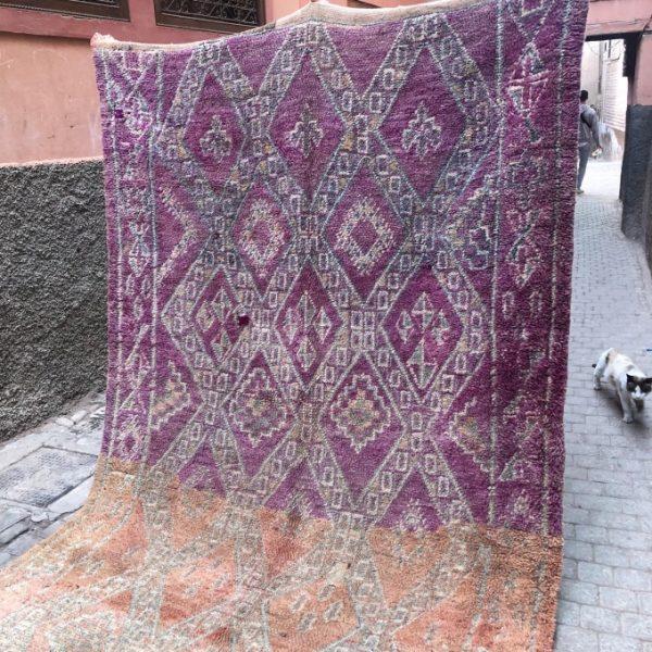 Nydelig vintageteppe knyttet for hånd i Marokko. Bejaad teppene er helt unike i farger og form. Se hele utvalget på cosa.no