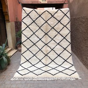 Klassisk Beni Ourain teppe knyttet for hånd i ren ull. Disse tidløse marokkanske teppene lever med deg i mange år.