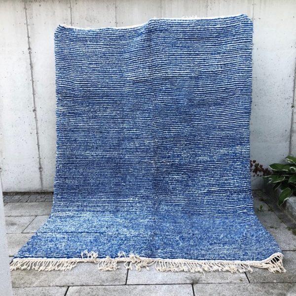 Vakkert Beni Ourain teppe i myk ull. Dette marokkanske teppet er knyttet for hånd i kongeblått og hvitt.