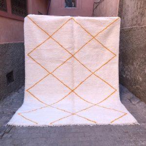 Stort og mykt ullteppe som løfter hele interiøret! Beni ourain er håndknyttet i Marokko.