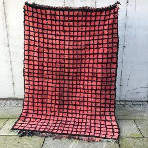Rosa vintageteppe fra Marokko. Dette berberteppet er knyttet for hånd i ren ull.