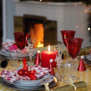 Vakkert julebord dekket med linduk med håndmalt trykk.