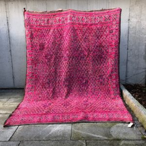Pretty in pink! Kult og vakkert teppe I klar rosa. dette marokkanske teppet er knyttet for hånd i 100% ren ull.