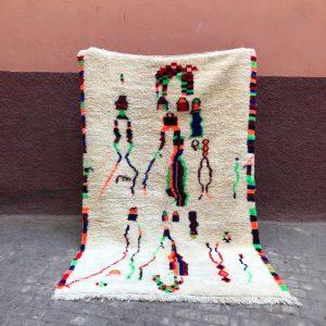 Tidløst og lekent ullteppe knyttet for hånd i Marokko.