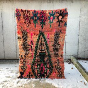 Glad i farger? Da er dette et teppe for deg! Marokkanske vintageteppe knyttet for hånd i ull.
