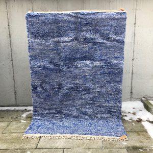 Cosa har designet et helt unikt Beni ourain teppe med striper av kongeblått. Frisk, vakkert og tidløst.