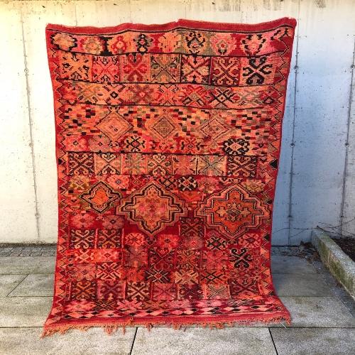 Nydelig vintageteppe fra Marokko i varme fargetoner.