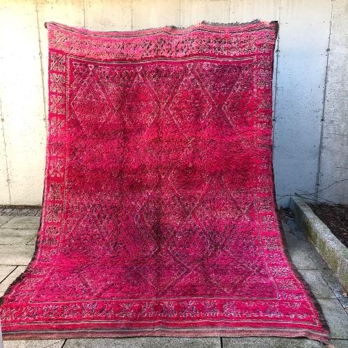En sjokkrosa drøm! Vintageteppe fra Marokko tilgjengelig i nettbutikken.