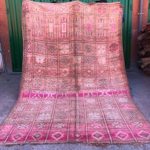Nydelig vintageteppe fra Marokko i rosa nyanser.