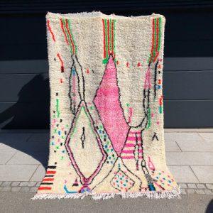 Tidløst og lekent ullteppe knyttet for hånd i Marokko. One of a kind!