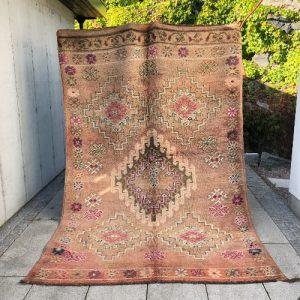 Vakkert og unikt vintageteppe fra Marokko ligger nå ute i nettbutikken!